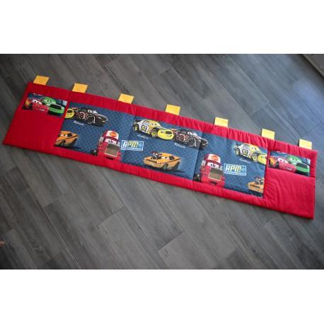 Kapsář za postel - auta na červeném plátně