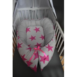 Hnízdečko pro miminka XXL - hvězdy malinové na šedém plátně