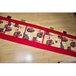 Kapsář - nákladní auta na červeném plátně
